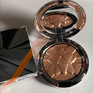 MAC Cosmetics Makeup - Limited edition Mac highlighter in oh darling
